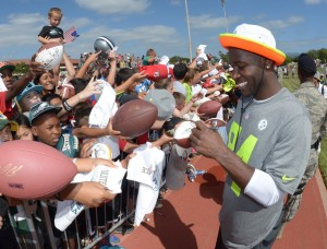 Pittsburgh Steelers receiver Antonio Brown (84) signs autographs at practice for the 2014 Pro Bowl at Joint Base Pearl Harbor-Hickam. Mandatory Credit: Kirby Lee-USA TODAY Sports